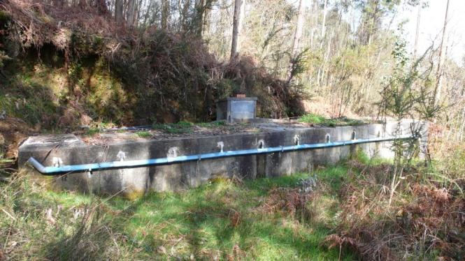 Depósito de cabecera (x11) y vista de la tubería que recoge el agua de los rebosaderos individuales